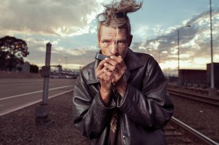 lighting-homeless-people-portraits-underexposed-aaron-draper-1-718x479